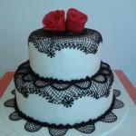 Csipkés, rózsás esküvői torta