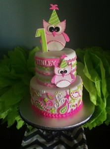 Kép forrása: http://www.cakecentral.com/gallery/i/2975036/owl-1st-birthday-cake-fondant-with-piped-buttercream-paisley-owls-are-gumpaste