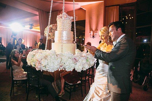 Lógatott esküvői torta
