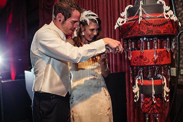 http://bridalguide.com/blogs/bridal-buzz/chandelier-wedding-cakes